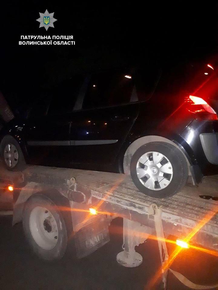 У Луцьку затримали таксиста-хама, який зупинився на проїжджій частині. ВІДЕО