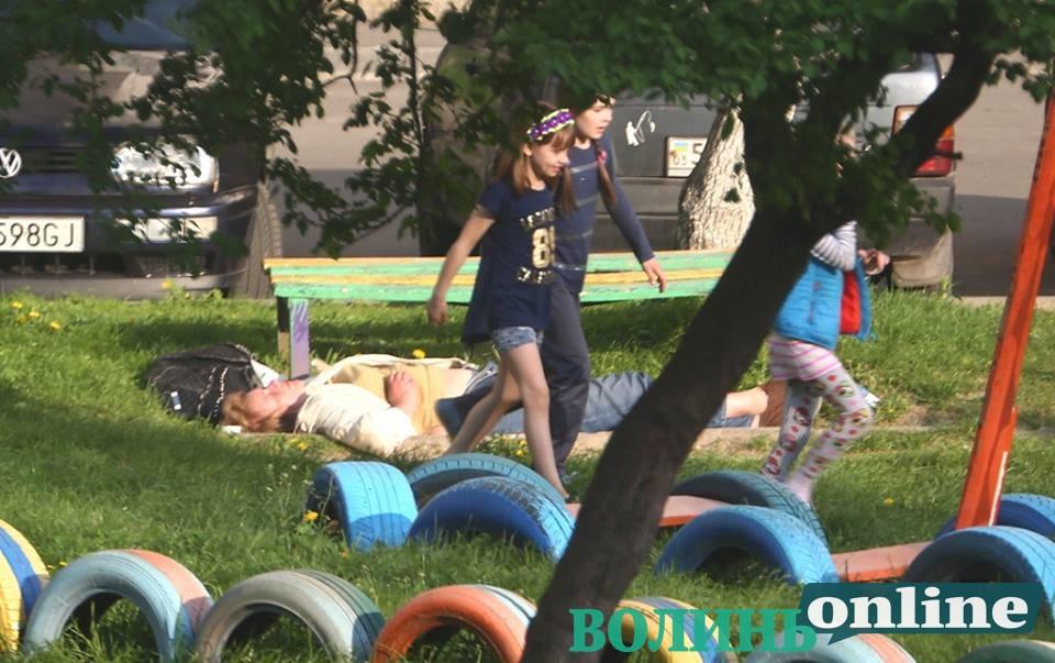 У Луцьку в дворі лежала жінка із розстебнутими штаньми біля дитмайданчика. ФОТО