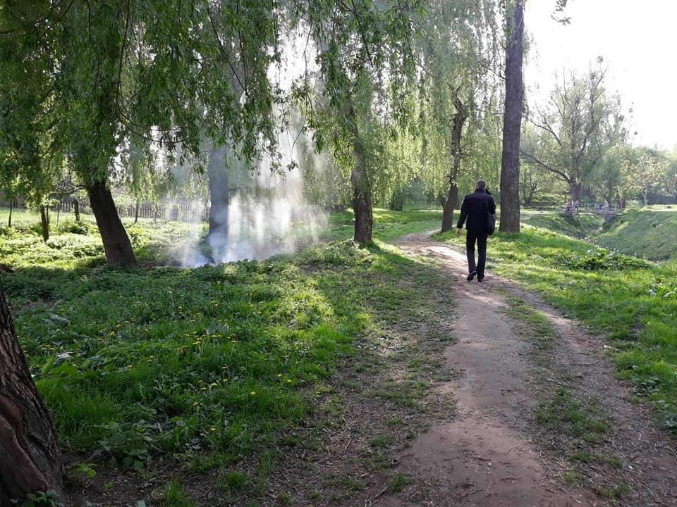 У луцькому парку молодики розвели багаття і втекли. ФОТО