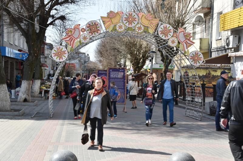 На Великодні свята у Луцьку з'явилася «Весняна вулиця». ФОТО