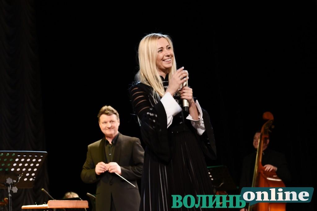 У Луцьку Тоня Матвієнко виступала разом із симфонічним оркестром. ФОТОРЕПОРТАЖ