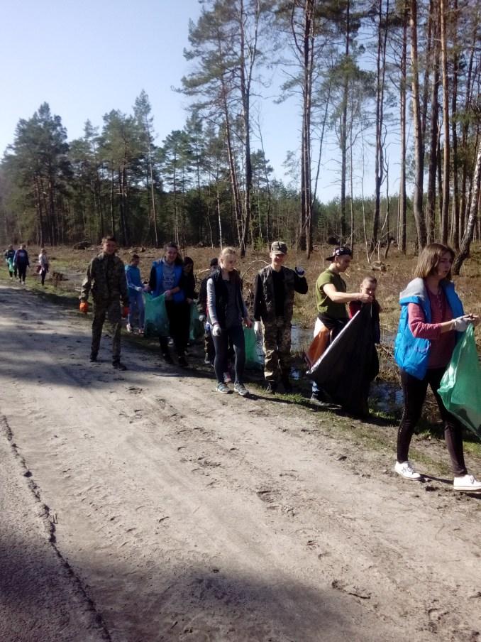 На Волині лісівники та діти прибирали лісові узбіччя доріг