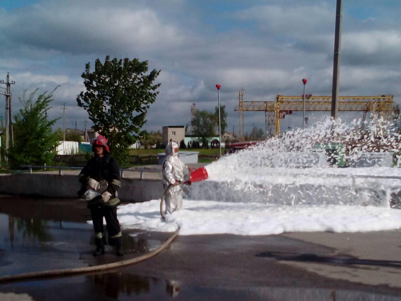 Волинські рятувальники тренувались гасити пожежу на заправці. ФОТО