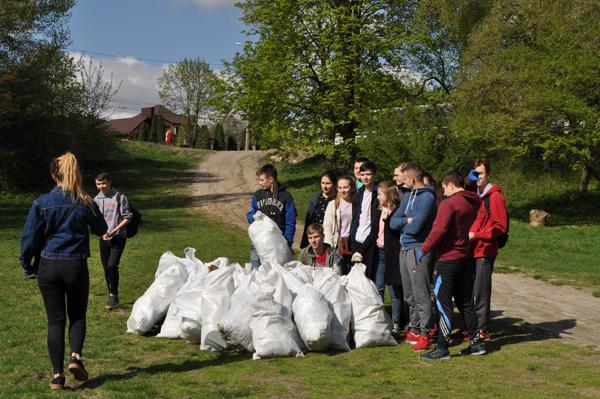 Студенти СНУ долучилися до акції міськради «Зробимо Луцьк чистим». ФОТО