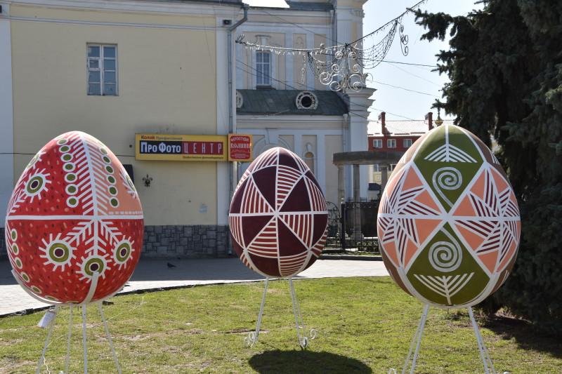 Головну площу Луцька прикрашають 10 великодніх арт-об'єктів. ФОТО