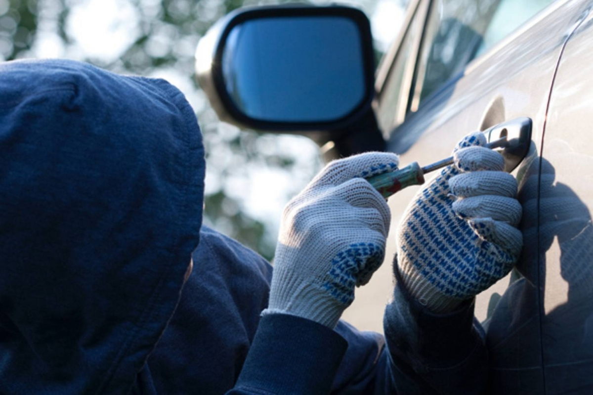 Розшукують чоловіків, які обікрали у Новолинську з авто викрали гроші. ВІДЕО