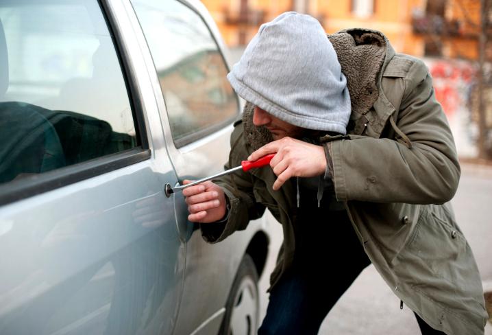 У Горохові зловмисники обікрали припаркований автомобіль