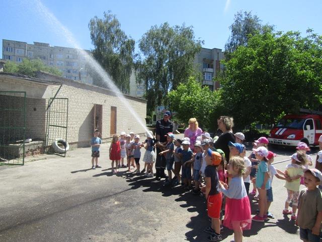 Луцькі рятувальники провели показові заняття для дошкільнят