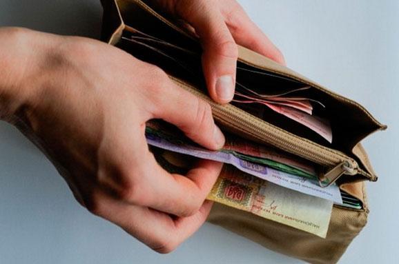 Середній розмір заробітної плати прикарпатців становить 8323 гривень