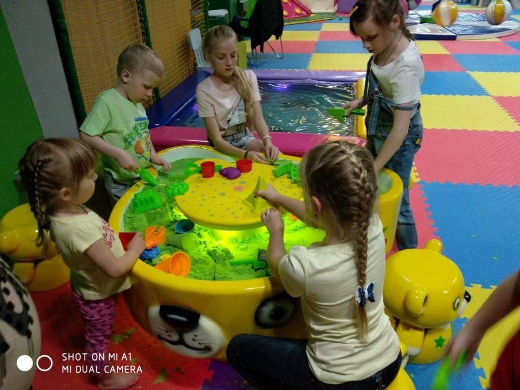 У Луцьку малюки мають змогу гратися з кінетичним піском досхочу