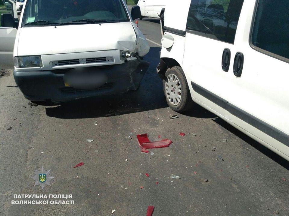 У Ковелі п'яний водій посеред білого дня вчинив аварію