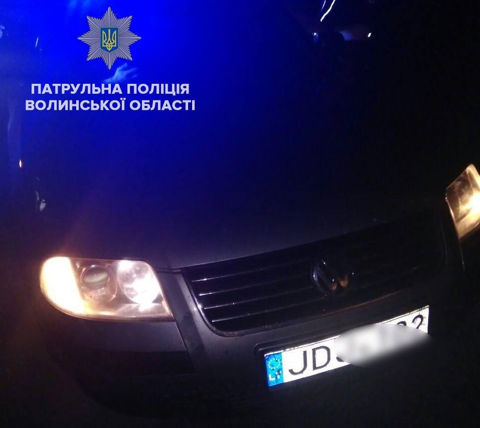 У Луцьку п'яний водій забарикадувався від патрульних в авто і викликав швидку. ФОТО. ВІДЕО