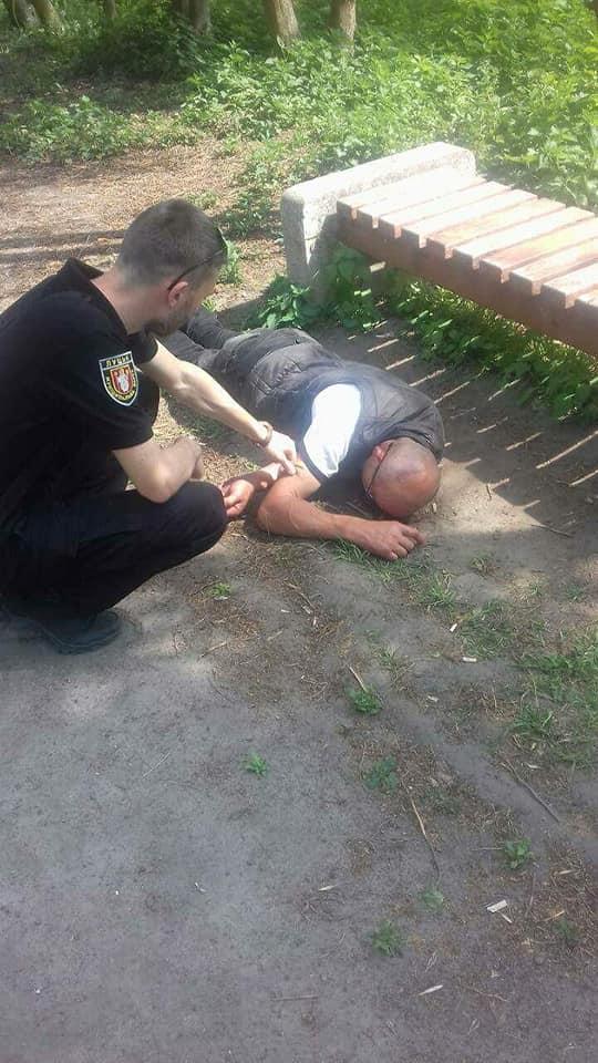 Муніципали знайли у луцькому парку п'яного чоловіка, який лежав непритомний