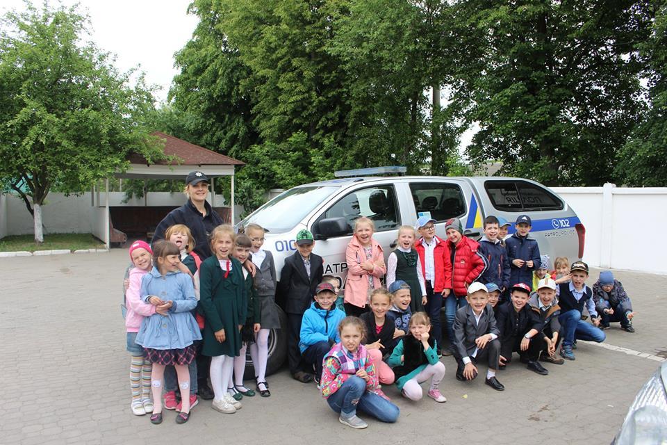 Луцькі школярі відвідали патрульну поліцію. ФОТО