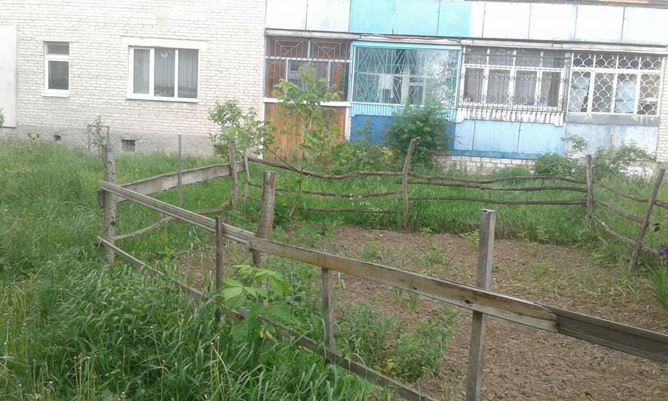 У Луцьку муніципали знесли паркани у дворах. ФОТО
