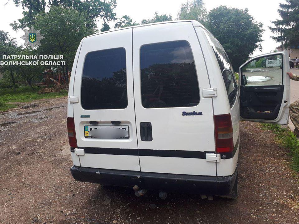 У Володимирі-Волинському пяний водій випив алкоголь при патрульних. ВІДЕО