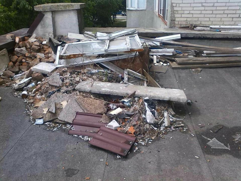 Лучани скинули будівельне сміття на дах магазину