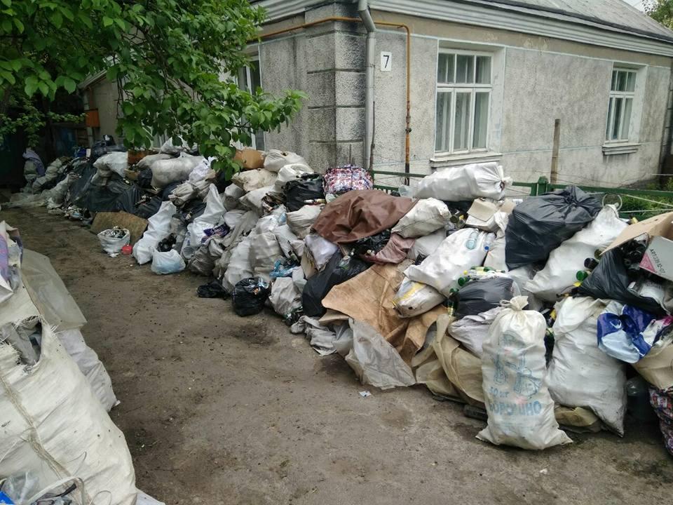 У Луцьку подвір'я перетворили на сміттєзвалище. ФОТО