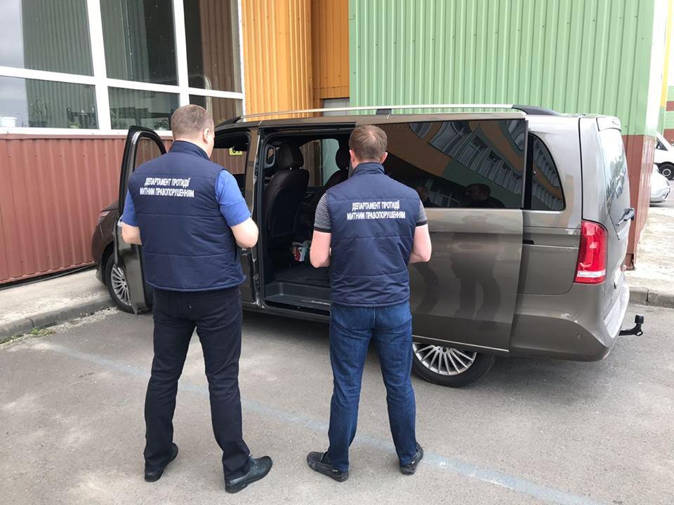 Волинські митники викрили спробу незаконного ввезення автомобіля