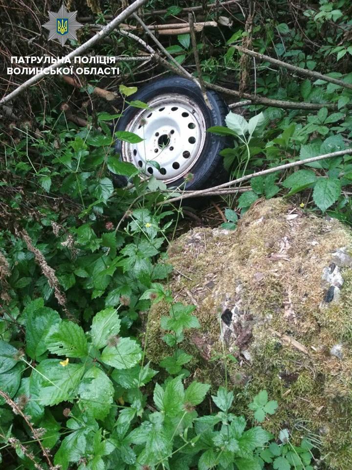У Луцьку зловмисники зняли колеса з припаркованого автомобіля. ФОТО