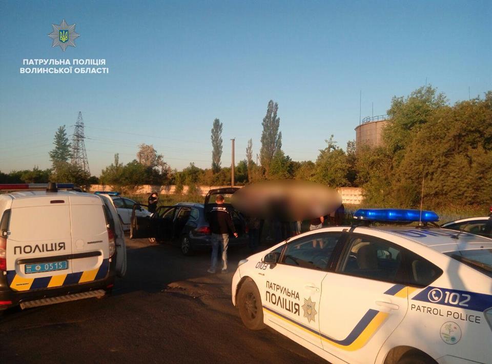 У Луцьку патрульні затримали підозрюваних у викраденні автомобіля. ФОТО