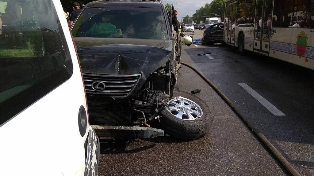 У Запоріжжі зіткнулися близько 10 авто та маршрутка: є постраждалі. ВІДЕО
