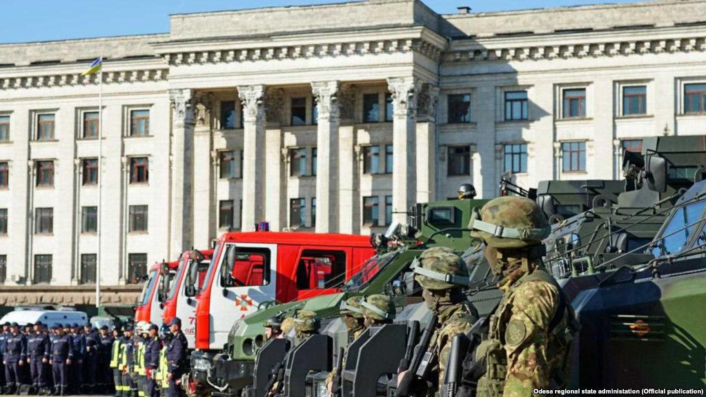 В Одесі люди покладають квіти до Будинку профспілок у річницю трагедії