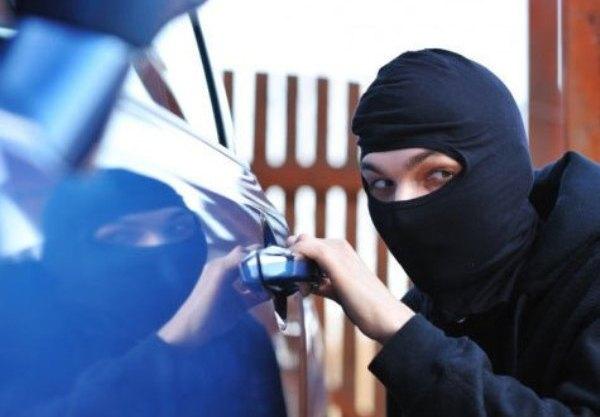 У Луцьку зловмисник на очах у власника викрав із автомобіля телефон і гроші