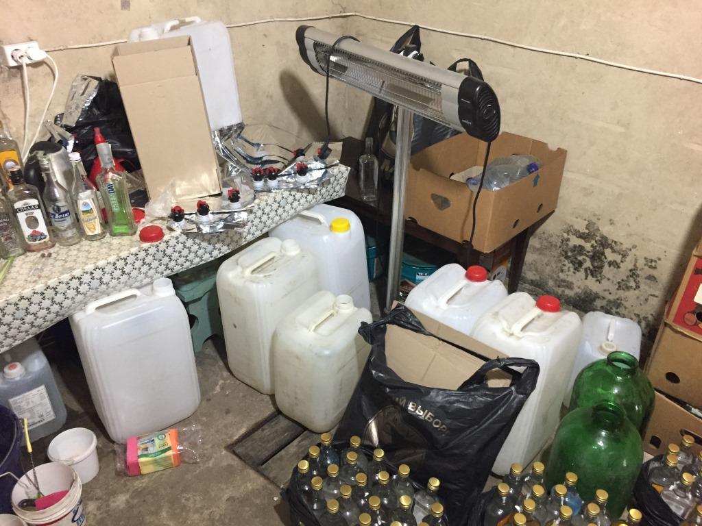 У Луцьку викрили підпільний цех, що підробляв відомий алкоголь. ФОТО