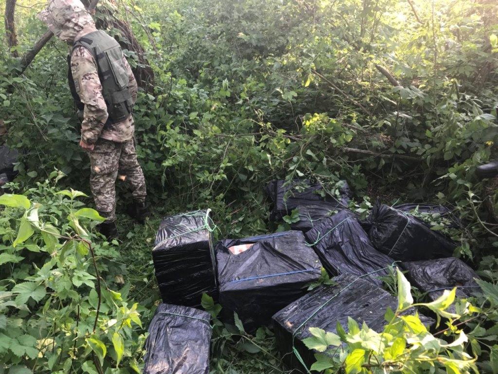 Луцькі прикординники знайшли 24 ящики контрабандних сигарет. ФОТО