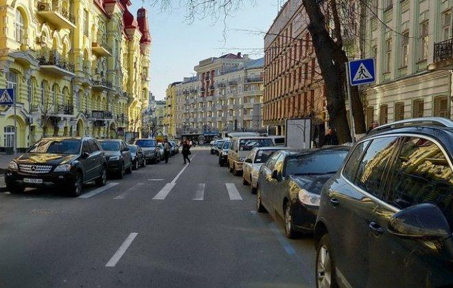 В Україні планують заборонити тимчасові автостоянки на тротуарах