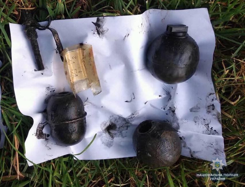 На Волині на дні водойми знайшли мішок зі зброєю. ФОТО