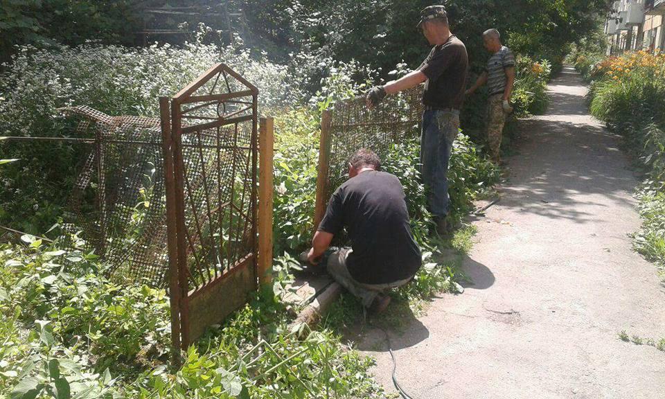 У Луцьку муніципали продовжують розбирати паркани. ФОТО