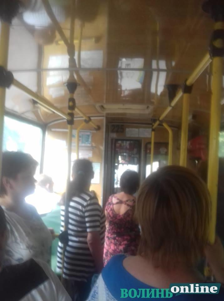 У Луцьку оштрафували жінку у тролейбусі, та каже, що контролери взяли собі на каву