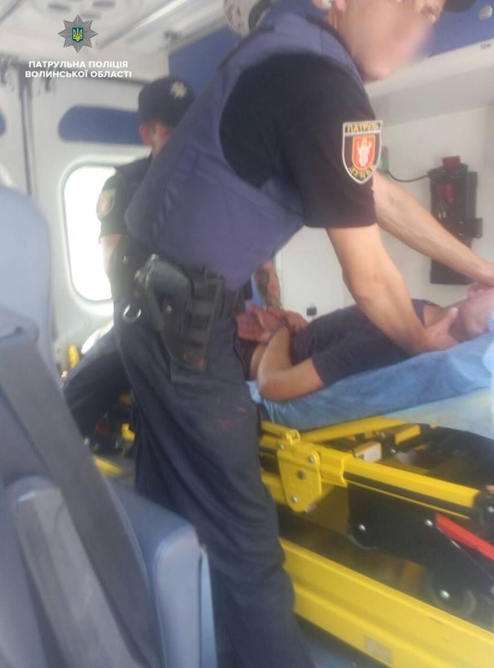 У Луцьку врятували хлопця, який хотів вистрибнути з вікна і поводився агресивно. ФОТО. ВІДЕО