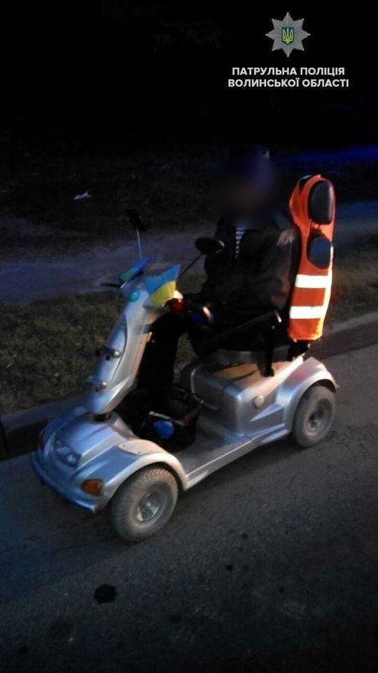 У Луцьку чоловік на інвалідному візку не міг дістатись додому