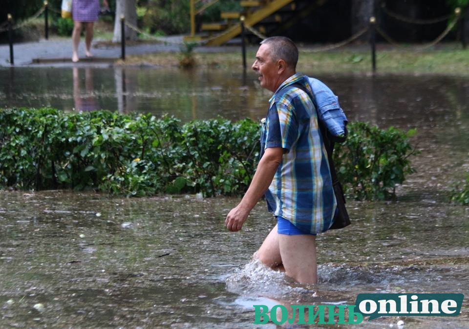 У Луцьку через зливу паралізований рух. ФОТО