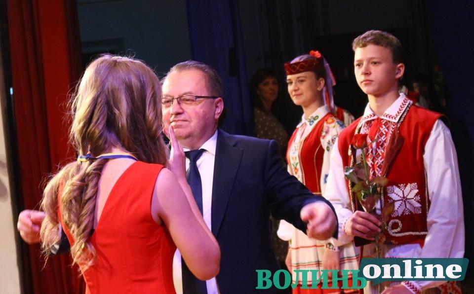 У Луцьку випускникам вручили золоті та срібні медалі. ФОТО
