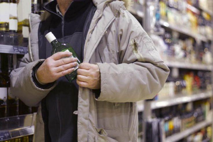 У Івано-Франківську затримали чоловіків, які поцупили спиртне на автозаправці (фотофакт)
