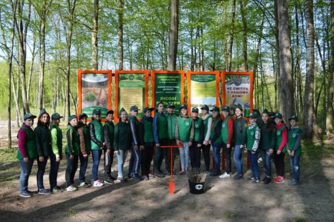 Перші особи Волині із дітьми створили лісові культури високої якості. ФОТО