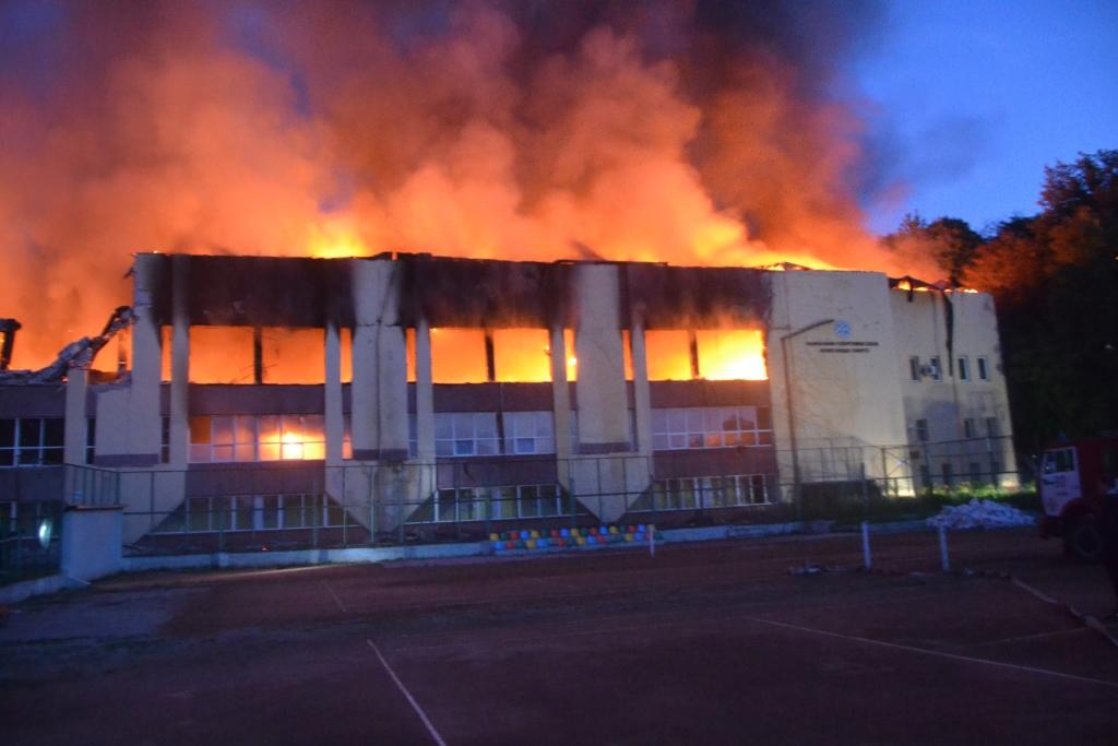 У Львові загорілися будівлі спорткомплексу Міноборони. ВІДЕО