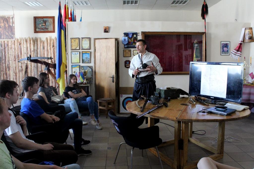 Студентам Луцького НТУ проводять лекції козаки