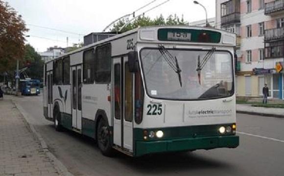 У Луцьку хлопець проїхався, вчепившись за тролейбус. ВІДЕО