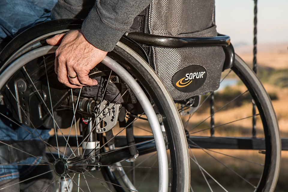 Під Луцьком чоловік у інвалідному візку потрапив під колеса вантажівки
