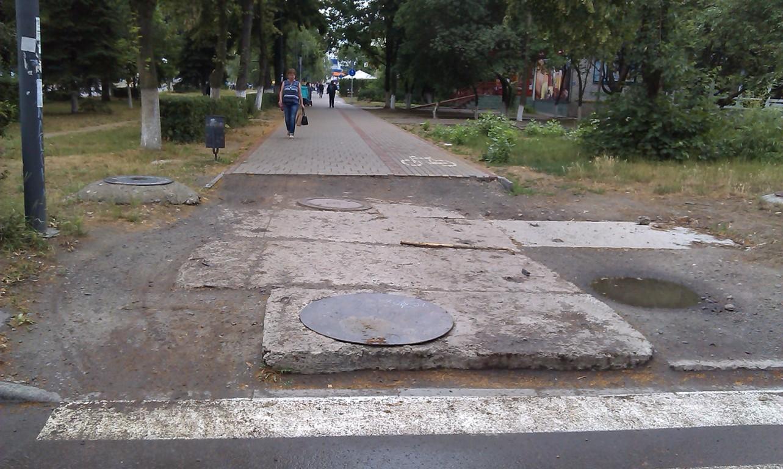 Лучани просять завершити ремонт тротуару на Соборності