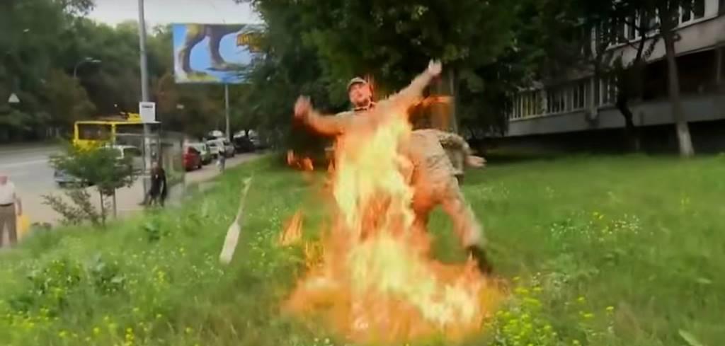 У Києві чоловік у військовій формі підпалив себе біля Міноборони