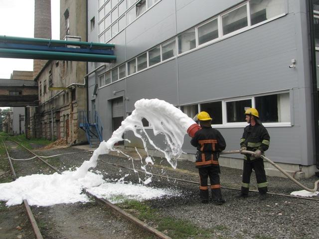 На луцькому підприємстві «гасили» пожежу та «рятували» людей. ФОТО