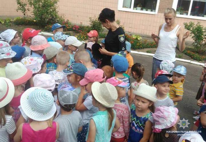 У Луцьку поліцейські нагадали дошкільнятам правила безпеки під час відпочинку.ФОТО