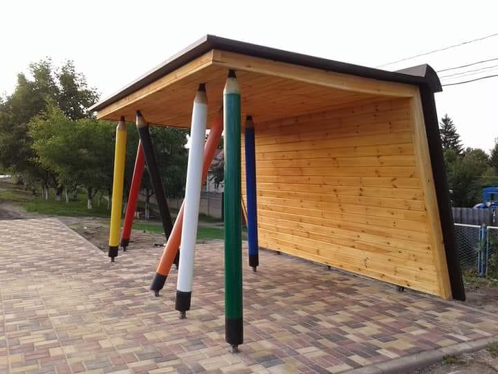 У селі під Луцьком облаштували зупинку з велетенськими олівцями