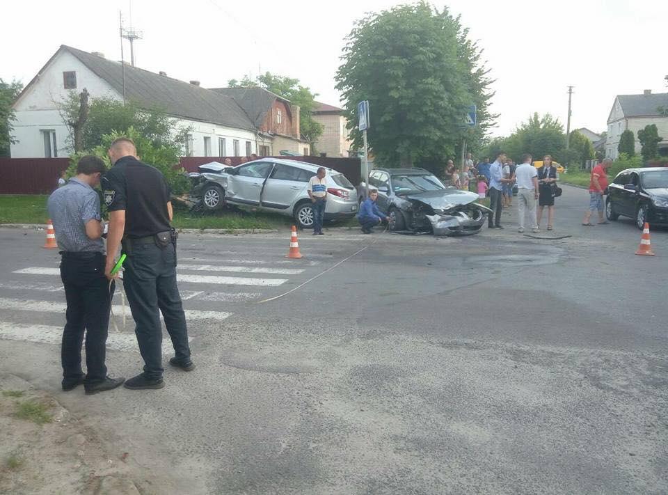 У Ківерцях зіткнулись дві автівки і знесли дерево. ФОТО